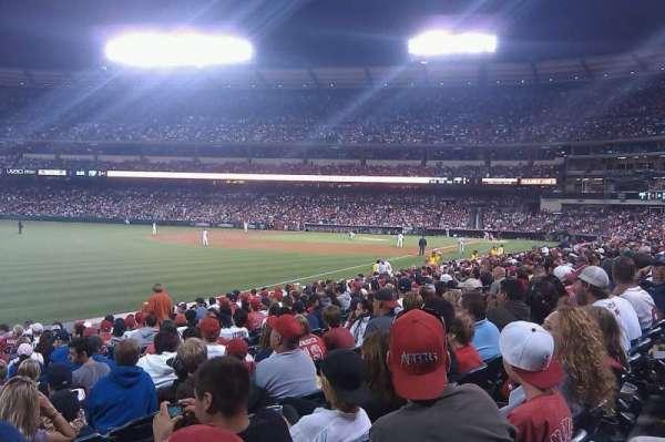 Angel Stadium, sección: F105, fila: R, asiento: 1