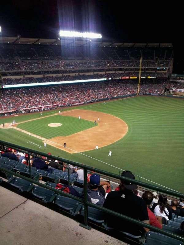 Angel Stadium, sección: V532, fila: A, asiento: 9