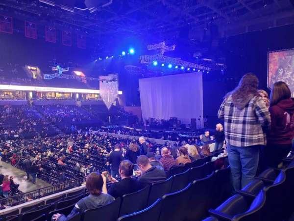 John Paul Jones Arena, sección: 104, fila: V, asiento: 19