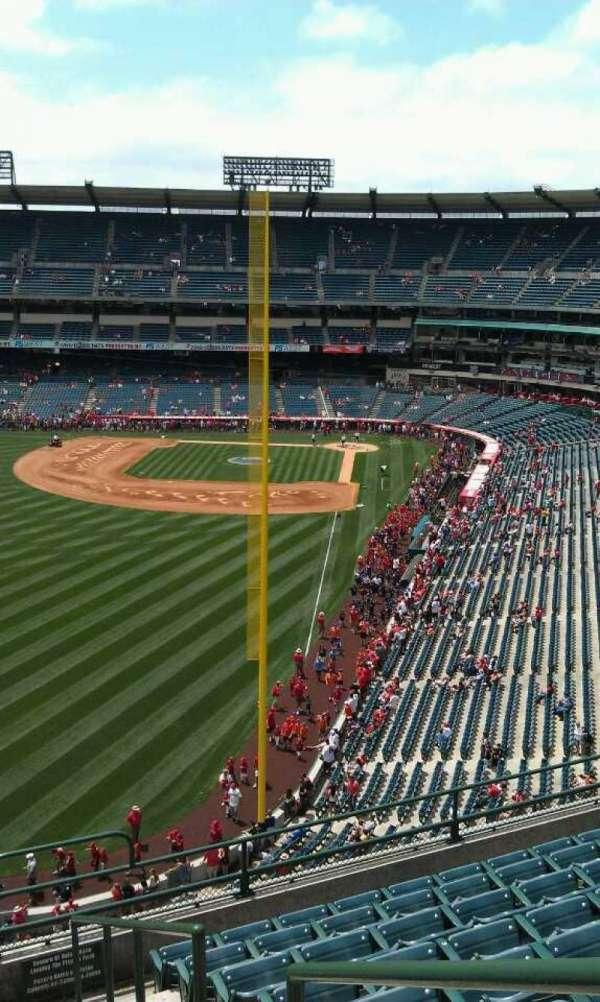 Angel Stadium, sección: V401, fila: j, asiento: 17