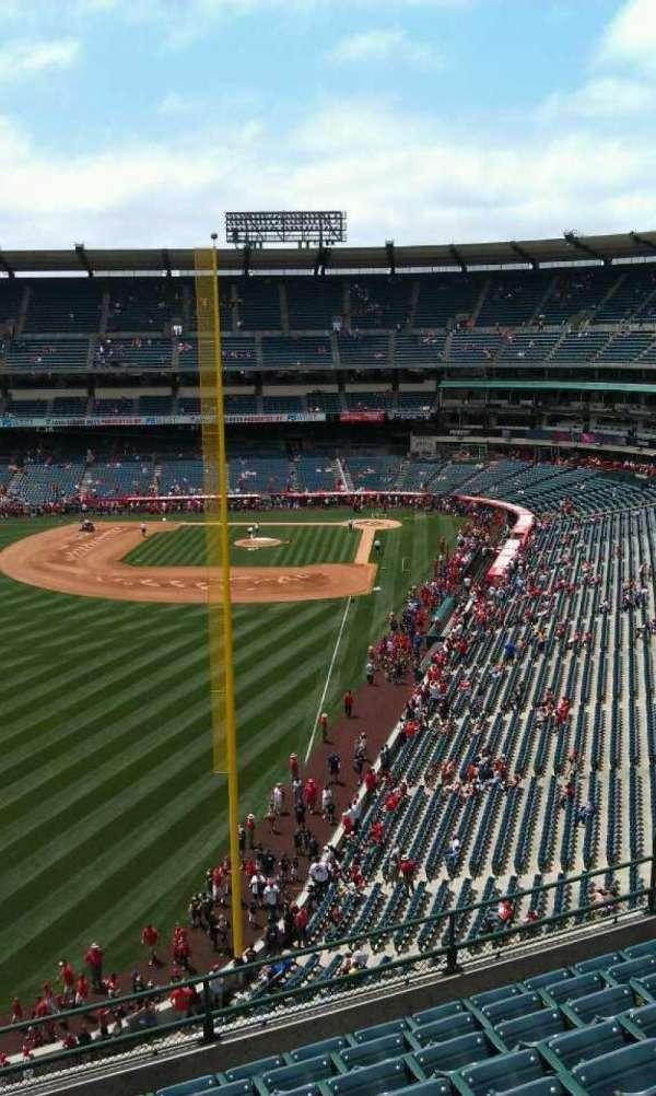 Angel Stadium, sección: V402, fila: j, asiento: 3