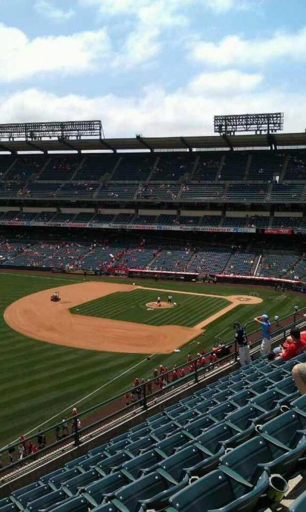 Angel Stadium, sección: V408, fila: h , asiento: 1