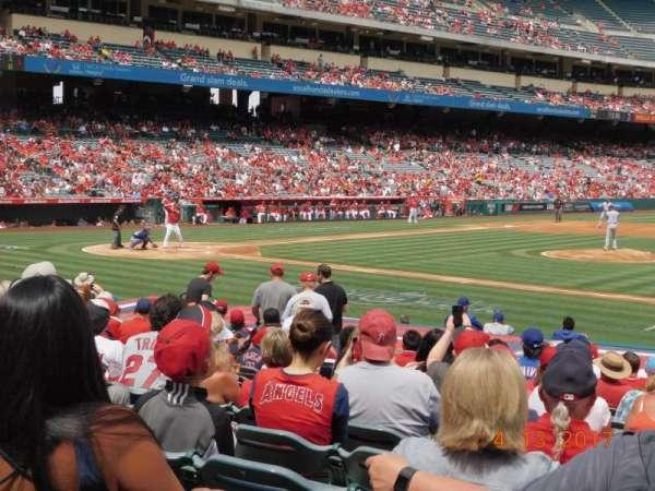 Angel Stadium, sección: F125, fila: R, asiento: 11