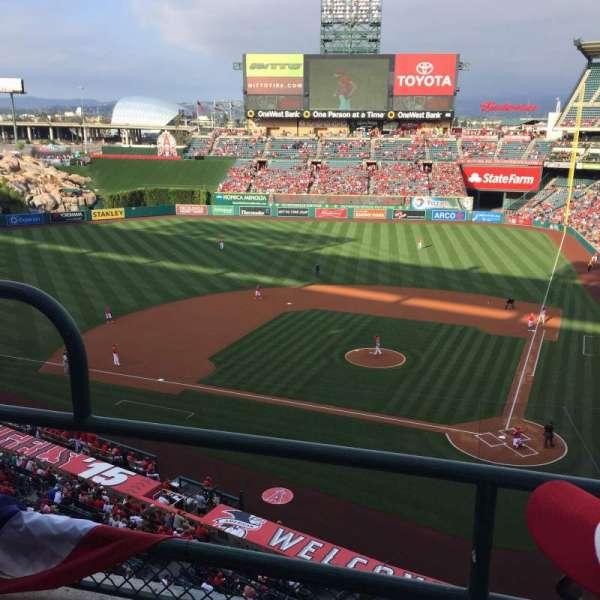 Angel Stadium, sección: V415, fila: B, asiento: 3