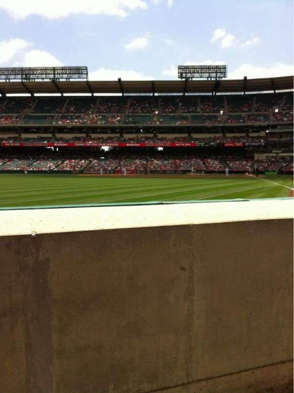 Angel Stadium, sección: F102, fila: AA, asiento: 7