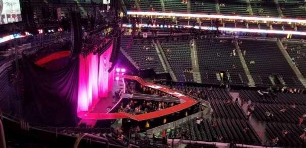 T-Mobile Arena, sección: 203, fila: g, asiento: 2