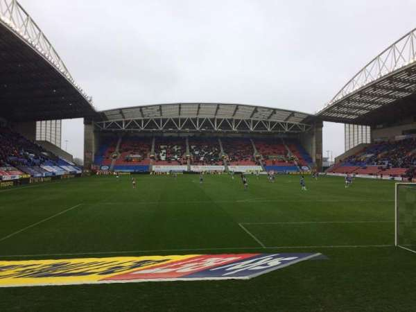 DW Stadium, sección: NS5, fila: E, asiento: 117