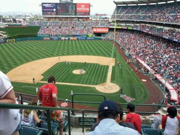 Angel Stadium, sección: V415, fila: F, asiento: 1