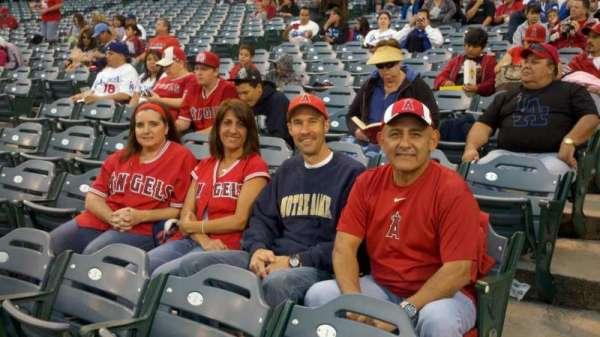 Angel Stadium, sección: F104, fila: D, asiento: 1