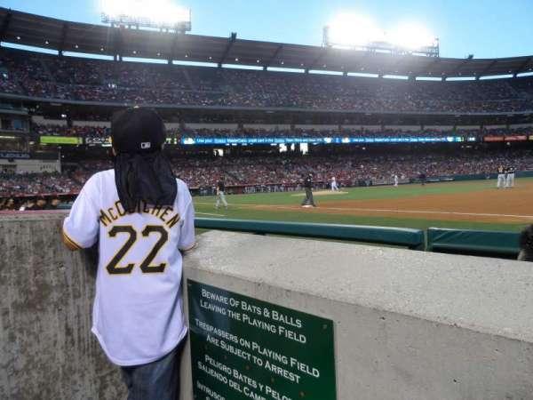 Angel Stadium, sección: F127, fila: A, asiento: 1