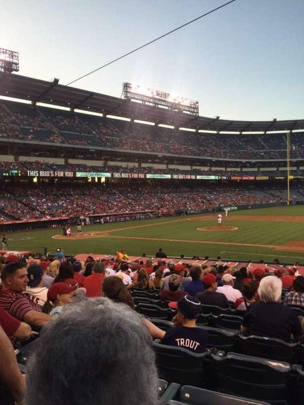 Angel Stadium, sección: F125, fila: W, asiento: 14