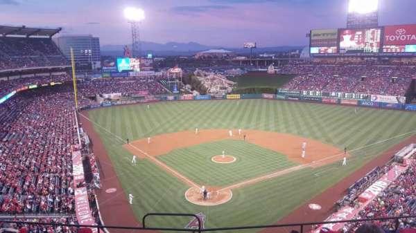Angel Stadium, sección: V420, fila: G, asiento: 1