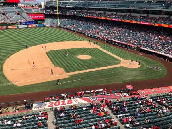 Angel Stadium, sección: V411, fila: A, asiento: 25