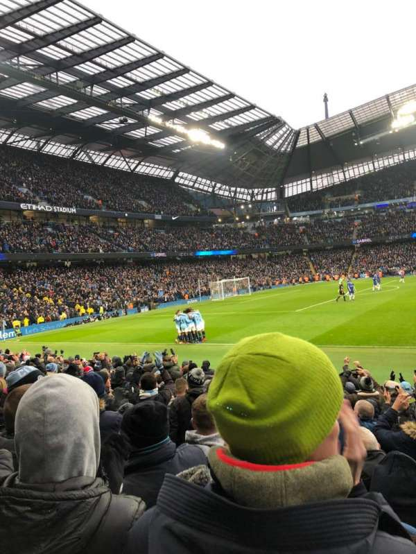 Etihad Stadium (Manchester), sección: East Stand 107, fila: L, asiento: 162