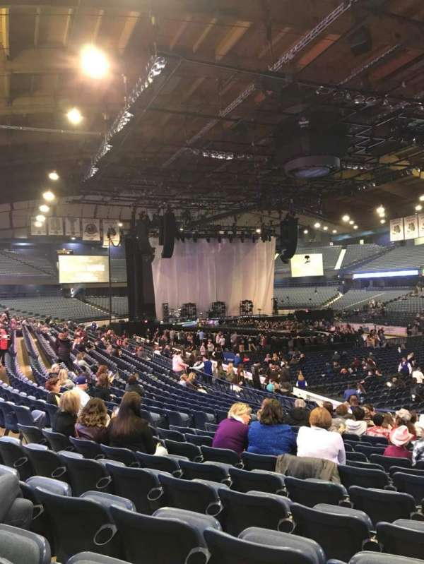 Allstate Arena, sección: 116, fila: R, asiento: 20