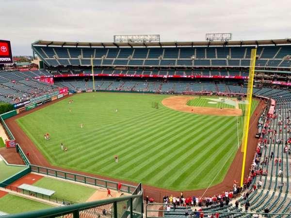 Angel Stadium, sección: V401, fila: F, asiento: 9