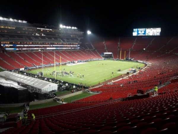 Los Angeles Memorial Coliseum, sección: 327, fila: 19, asiento: 18