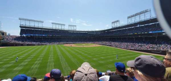 Wrigley Field, sección: Bleachers, fila: Left field, asiento: Middle