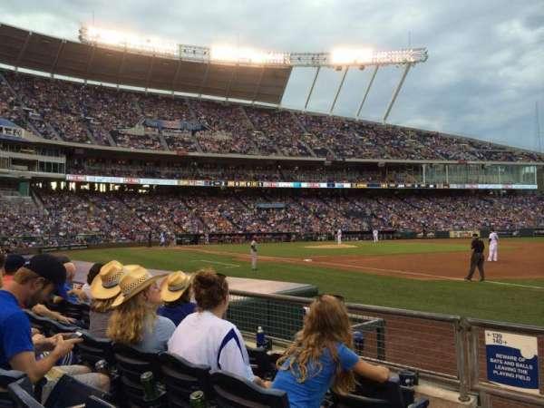 Kauffman Stadium, sección: 140, fila: D, asiento: 1