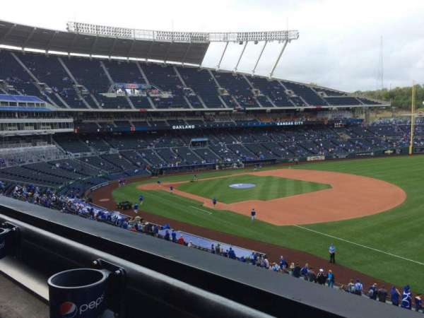 Kauffman Stadium, sección: 322, fila: A, asiento: 5