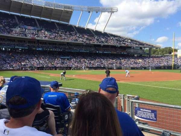 Kauffman Stadium, sección: 140, fila: D, asiento: 3