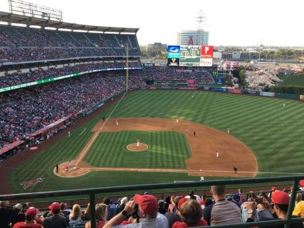 Angel Stadium, sección: V527, fila: A, asiento: 1