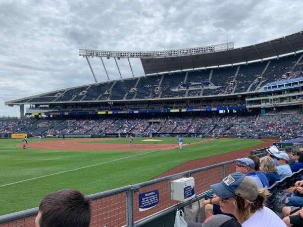 Kauffman Stadium, sección: 113, fila: 2, asiento: 7