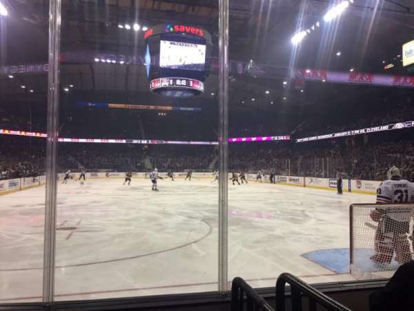 Allstate Arena, sección: 107, fila: EE, asiento: 1
