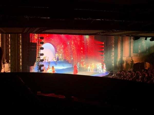 Chicago Theatre, sección: Mezzanine Box W, fila: 2, asiento: 3