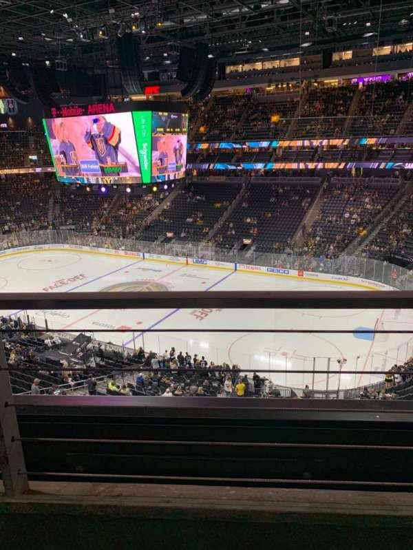 T-Mobile Arena, sección: 208, fila: A, asiento: 13