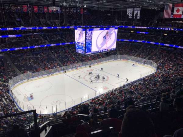 Amalie Arena, sección: 304, fila: J, asiento: 23