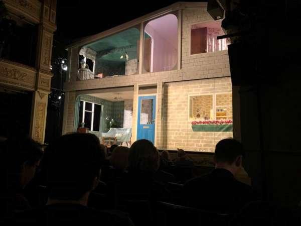 Duke of York's Theatre, sección: Stalls, fila: F, asiento: 20