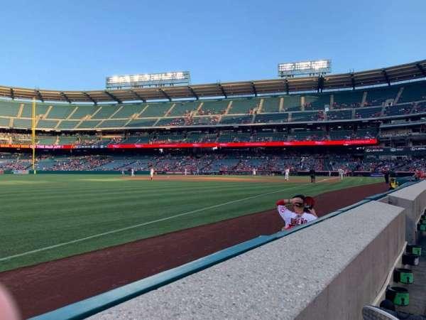 Angel Stadium, sección: F106, fila: A, asiento: 11