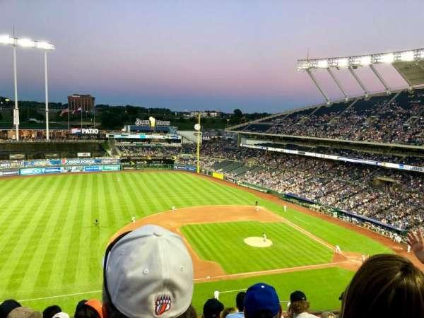 Kauffman Stadium, sección: 409, fila: L, asiento: 11