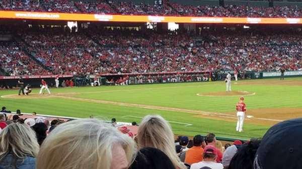 Angel Stadium, sección: F127, fila: R, asiento: 9