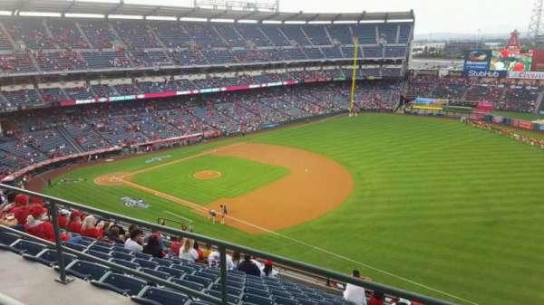 Angel Stadium, sección: V521, fila: A, asiento: 21