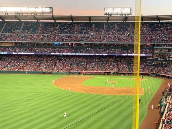 Angel Stadium, sección: V401, fila: D, asiento: 10