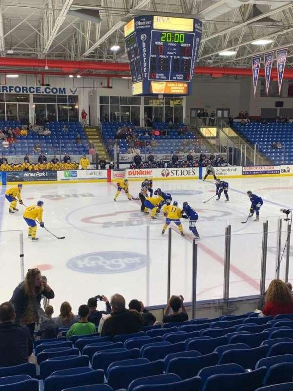 USA Hockey Arena, sección: 113, fila: M, asiento: 12