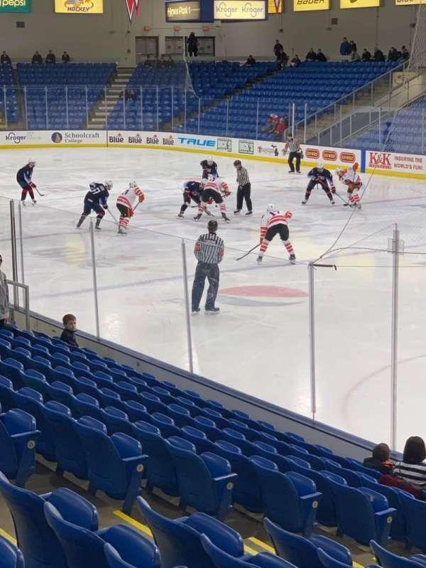 USA Hockey Arena, sección: 120, fila: N, asiento: 8