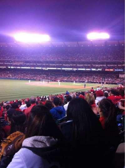 Angel Stadium, sección: F104, fila: W, asiento: 8