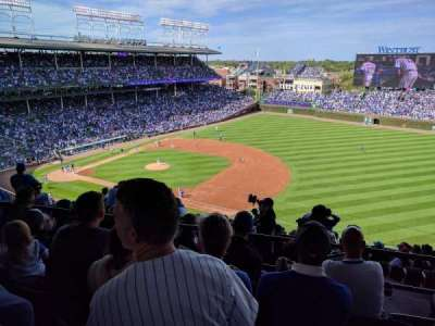 Wrigley Field, sección: Upper Reserved Outfield aisle , fila: 4, asiento: 106
