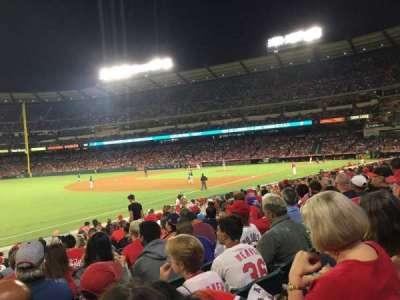 Angel Stadium, sección: F107, fila: R, asiento: 8