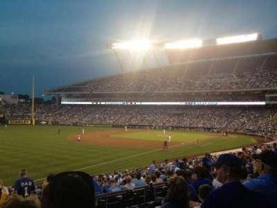 Kauffman Stadium, sección: 211, fila: FF, asiento: 12