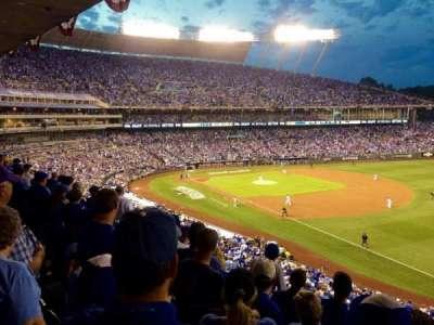Kauffman Stadium, sección: 323, fila: E, asiento: 10