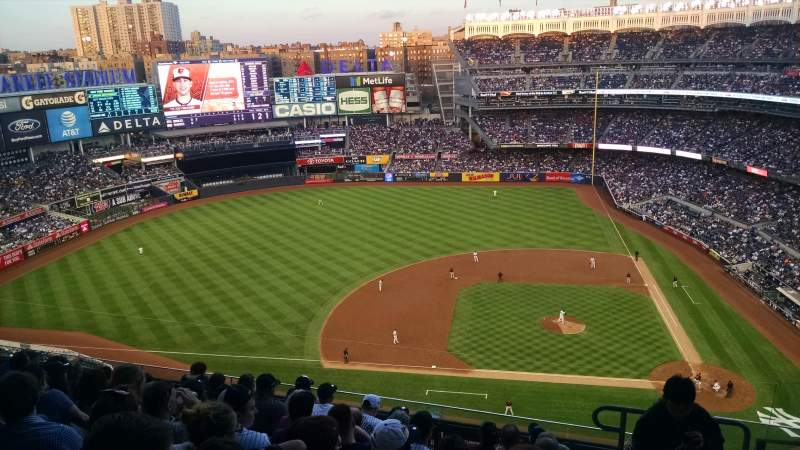 Vistas desde el asiento para Yankee Stadium Sección 424 Fila 8 Asiento 2