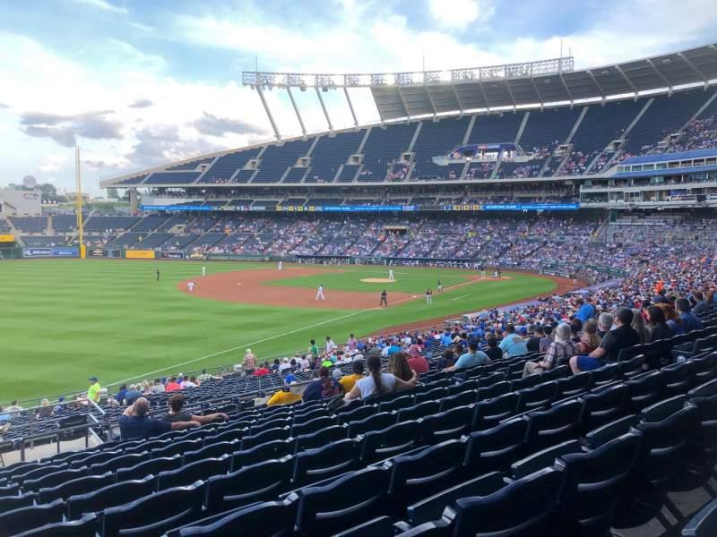 Vistas desde el asiento para Kauffman Stadium Sección 211 Fila LL Asiento 1